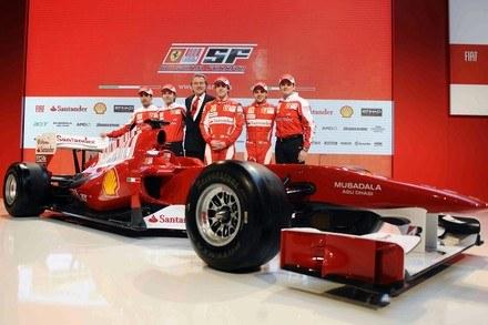Zespół Ferrari i nowy bolid F10 /