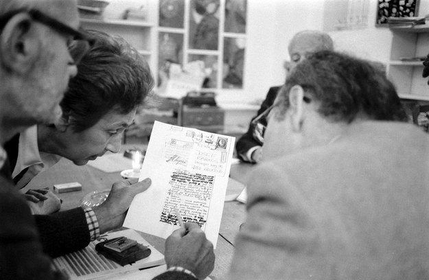 """Zespół """"Kultury"""" odczytuje ocenzurowany list z Polski, datowany 17.12.1981 r. Na zdjęciu: Konstanty """"Kot"""" Jeleński, Zofia Hertz i Jerzy Giedroyc /Wojtek Laski /East News"""