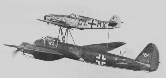 Zestaw Mistel-1. Myśliwiec pełnił rolę nosiciela i kabiny pilota, a drugi – bombowiec pełnił rolę bezzałogowej zdalnie sterowanej bomby latającej. /Wikimedia Commons – repozytorium wolnych zasobów /INTERIA.PL/materiały prasowe