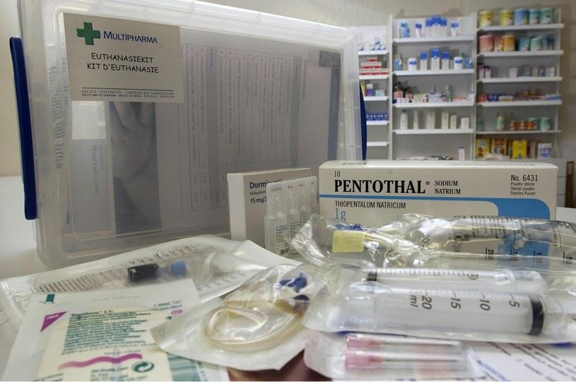 Zestwa do wykonywania eutanazji w domu dostarczany do apteki na polecenie lekarza /Jock Fistick /East News