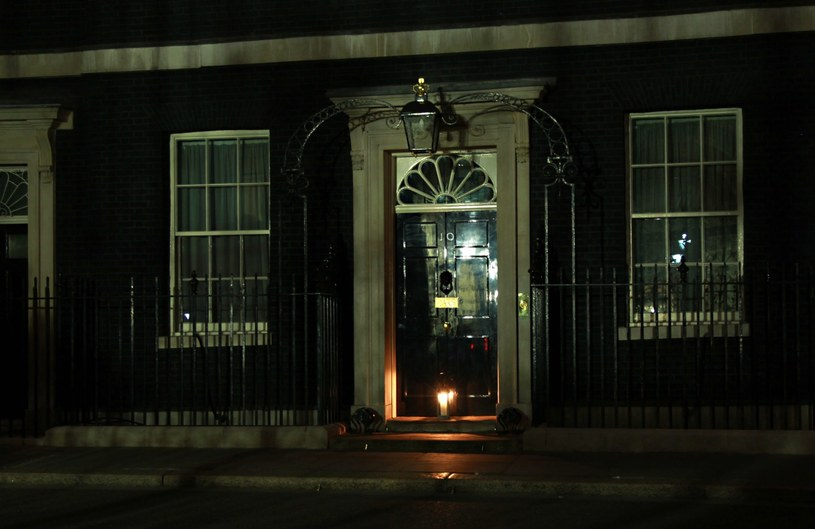 Zgaszone światła na Downing street /PAP/EPA