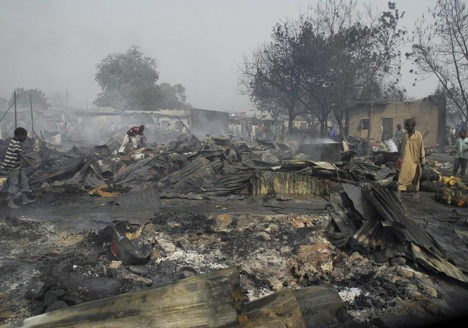 Zgliszcza po jednym z ataków Boko Haram /STR /PAP/EPA