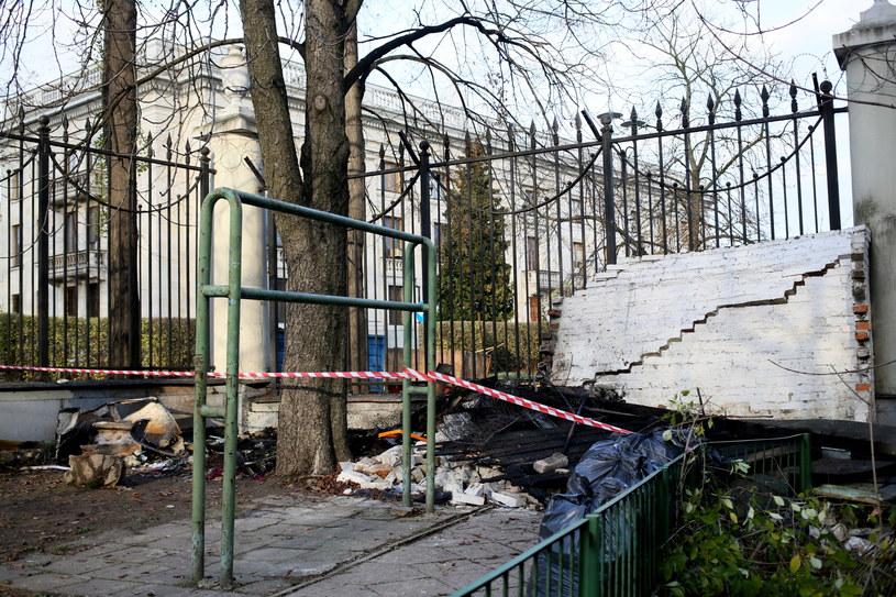 Zgliszcza policyjnej budki strażniczej przed Ambasadą Federacji Rosyjskiej w Warszawi /Leszek Szymański /PAP