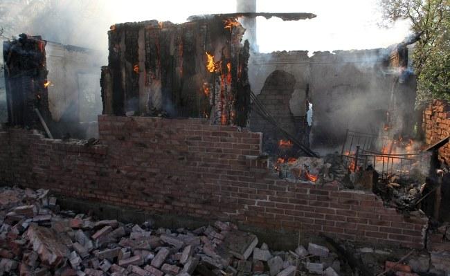 Zgliszcza zniszczonego domu w Gorłówce /IGOR KOVALENKO /PAP/EPA
