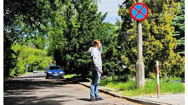 """Zgodnie z przepisami kierowca parkujący """"pod prąd"""" ma obowiązek przejść się do najbliższego skrzyżowania, aby sprawdzić oznakowanie. /Motor"""