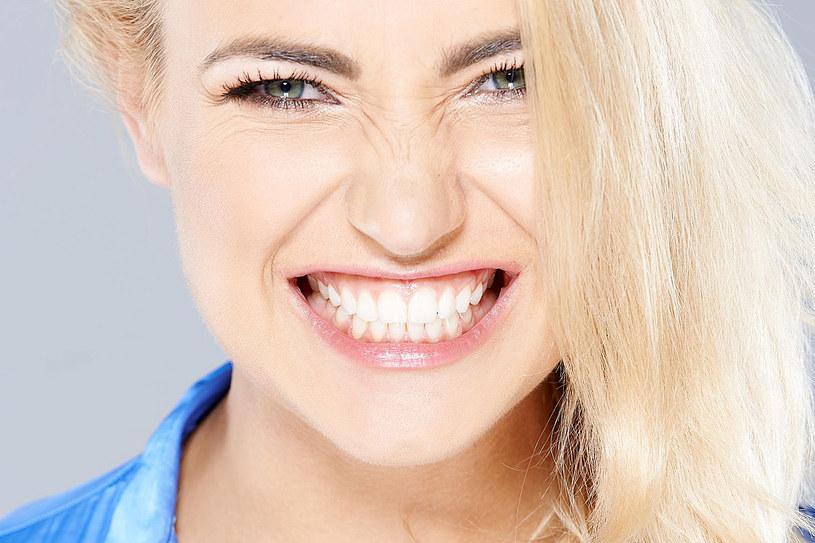 Zgrzytanie zębami może mieć przykre następstwa. Lepiej zwalcz je od razu /123RF/PICSEL