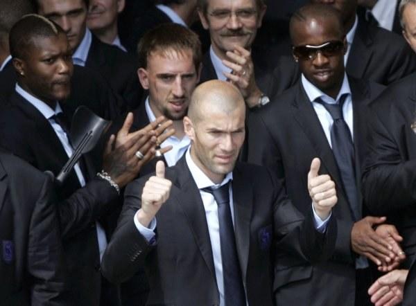 Zidane (na pierwszym planie) może stracić nagrodę dla najlepszego piłkarza MŚ /AFP