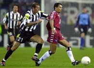 Zidane (z lewej) w walce o piłkę z Cardoso