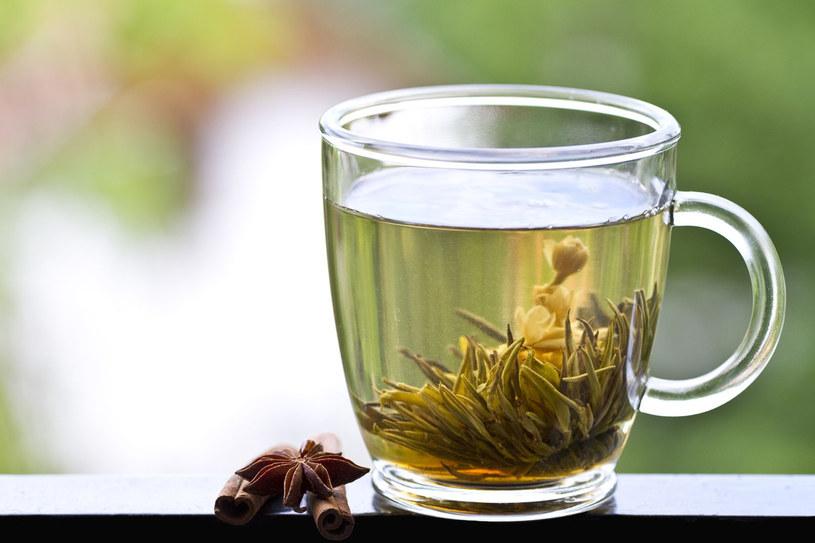 Zielona herbata jest tak pomocna w zapobieganiu i leczeniu gryp, przeziębień, biegunek i stanów zapalnych w jamie ustnej i na dziąsłach. Wykazano także jej wyraźne działanie w walce z nowotworami. /123RF/PICSEL