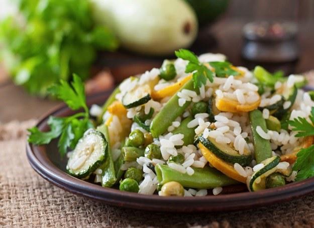 Zielone risotto możesz wzbogacić o smak świeżej cukinii /123RF/PICSEL