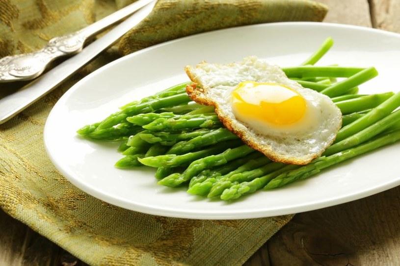 Zielone szparagi uwielbiają towarzystwo jajek /123RF/PICSEL