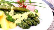 Zielone szparagi z sosem holenderskim i jajkiem w koszulce