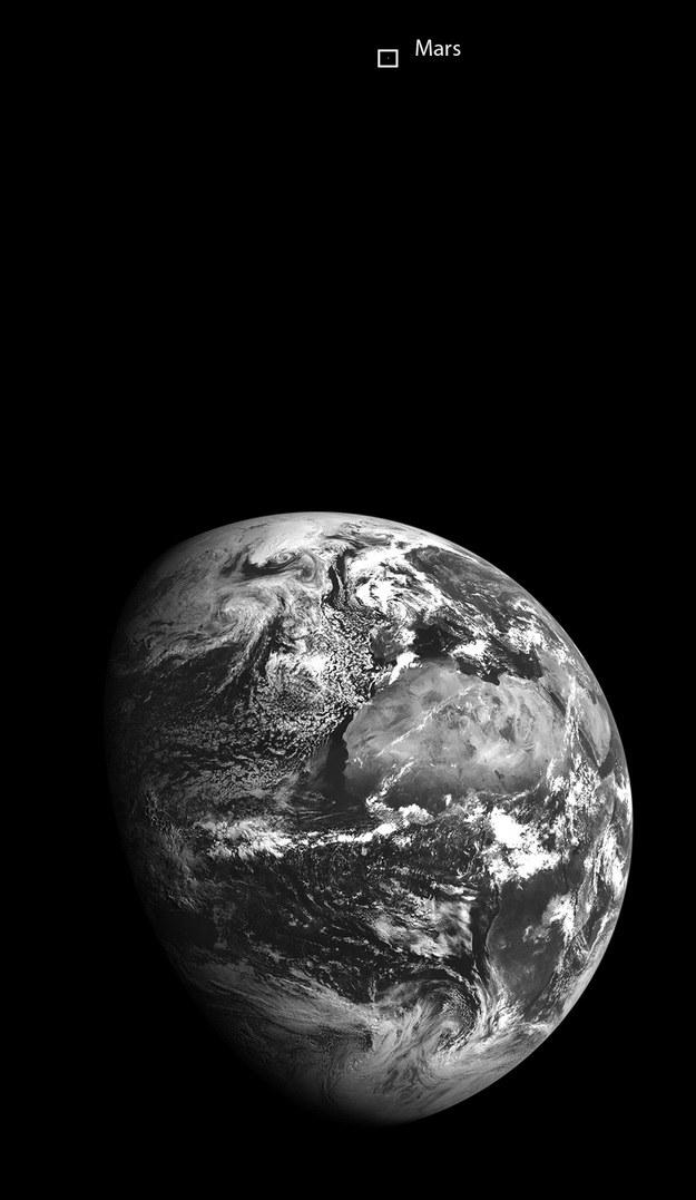 Ziemia i Mars w obiektywie sondy LRO. /NASA