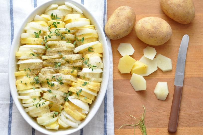 Ziemniaki obieramy możliwie jak najcieniej, bowiem bezpośrednio pod warstwą skórki znajdują się najcenniejsze składniki odżywcze: białko, witaminy, sole mineralne /123RF/PICSEL