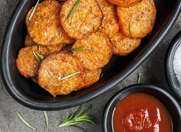 Ziemniaki polej sosem /©123RF/PICSEL