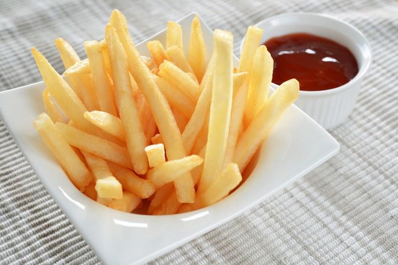 Ziemniaki w postaci frytek z dodatkiem sosów? Lepiej nie... /123RF/PICSEL