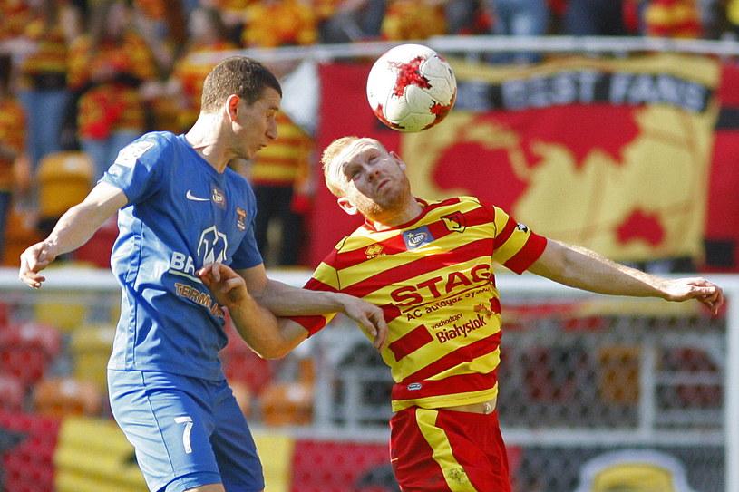 Ziggy Gordon (z prawej) walczy o piłkę z Samuelem Sztefanikiem /Fot. Artur Reszko /PAP