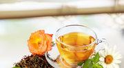 Zimą czarna herbata idealnie komponuje się z imbirem, kardamonem i czarnym pieprzem