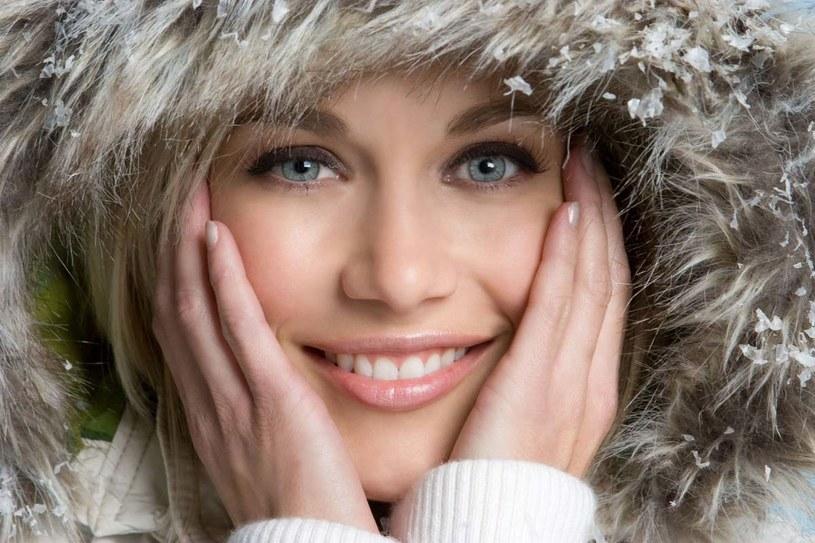 Zimą makijaż nie tylko poprawia urodę, ale również stanowi ochronę skóry przed mrozem i śniegiem. /123RF/PICSEL