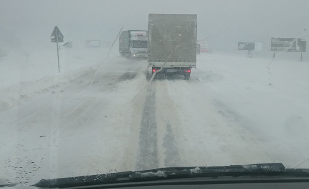 Zima nie odpuszcza. Trudne warunki na drogach