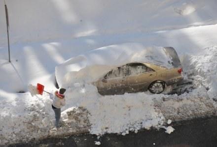 Zima zaskakuje nie tylko na drodze, ale i na piłkarskim boisku /AFP