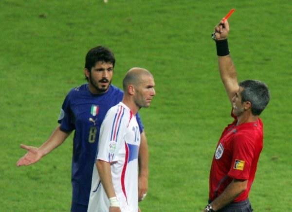 Zinedine Zidane musiał przedwcześnie udać się do szatni /AFP