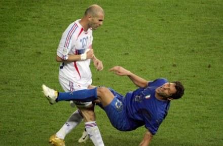 Zinedine Zidane uderzył Marco Materazziego i wyleciał z boiska /AFP