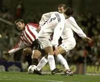 Zinedine Zidane w ataku na bramkę Athletic Bilbao