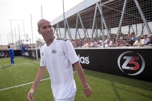 Zinedine Zidane wciąż imponuje sportową sylwetką i onieśmiela piłkarską techniką /AFP