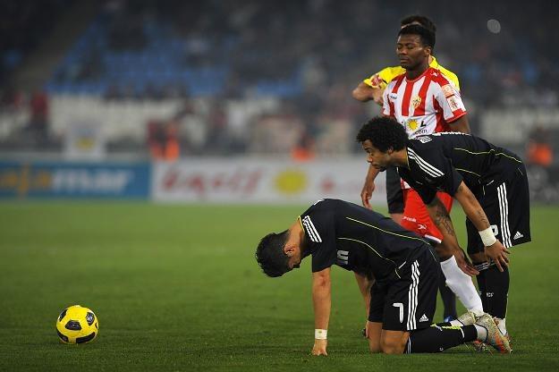 Złamanego Cristiano Ronaldo pociesza Marcelo. Z tyłu Kalu Uche /AFP