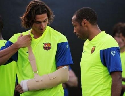 Zlatan Ibrahimović nie zważał na kontuzjowaną rękę i postanowił zadziwić strzałem przewrotką /AFP
