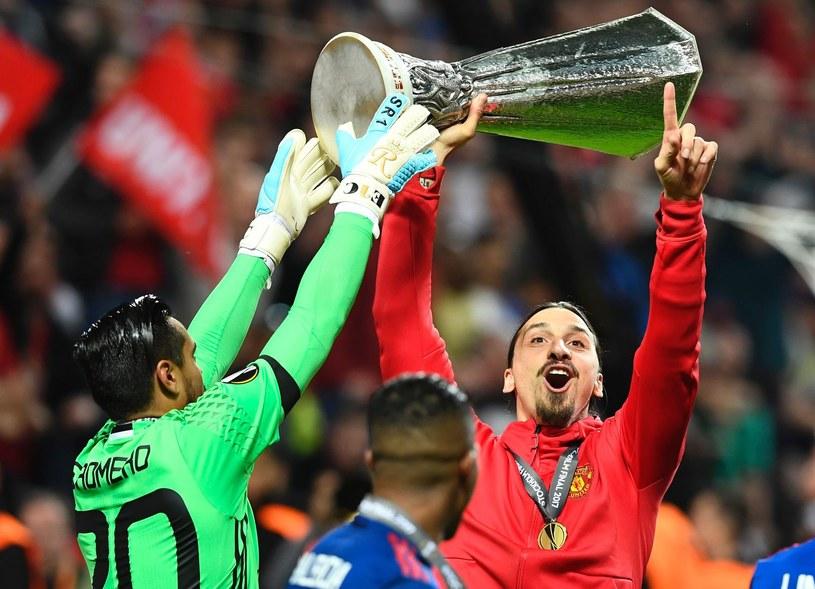 Zlatan Ibrahimović z pucharem za wygranie Ligi Europejskiej /AFP