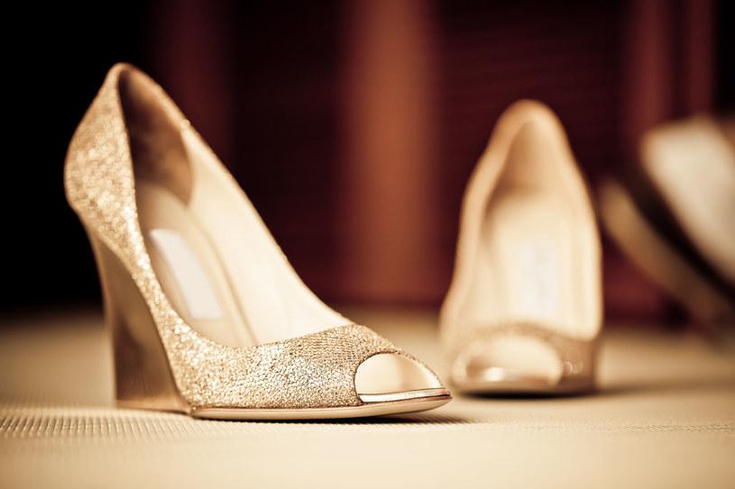 Złote pantofelki - świetny wybór na sylwestrową imprezę /©123RF/PICSEL