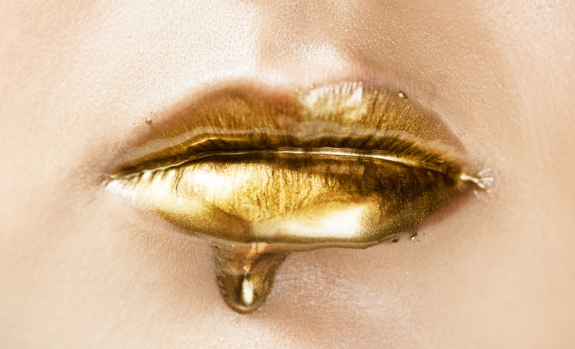 Złoty jest modny nie tylko w makijażach /123RF/PICSEL