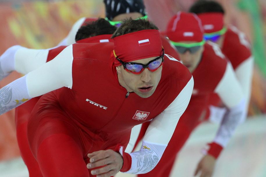 Złoty medalista olimpijski Zbigniew Bródka na prowadzeniu podczas treningu przed wyścigiem drużynowym na torze w Adler Arenie w Soczi /Grzegorz Momot /PAP