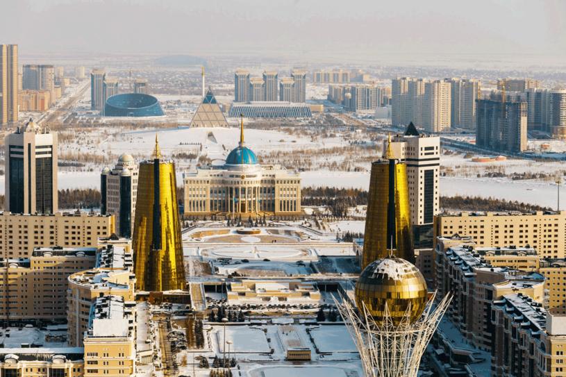 Złoty wieżowiec o ciekawej formie i fasadzie mieści instytucje finansowe. /©123RF/PICSEL