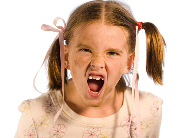 Złym zachowaniem dziecko protestuje przeciwko zbyt małej ilości czasu poświęconego jego osobie. /©123RF/PICSEL