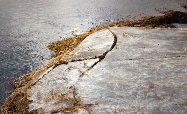 Zmarł 14-latek, który wpadł pod lód w stawie w Rudzińcu