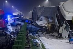 Zmiażdżone auta, roztrzaskane barierki. Karambol na drodze S8
