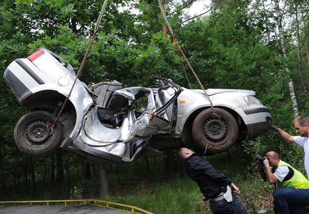 Zmiażdżony w wypadku samochód. Trzy osoby zginęły/fot. G. Michałowski /PAP