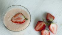 Zmysłowe smaki: Egzotyczne smoothie z truskawkami