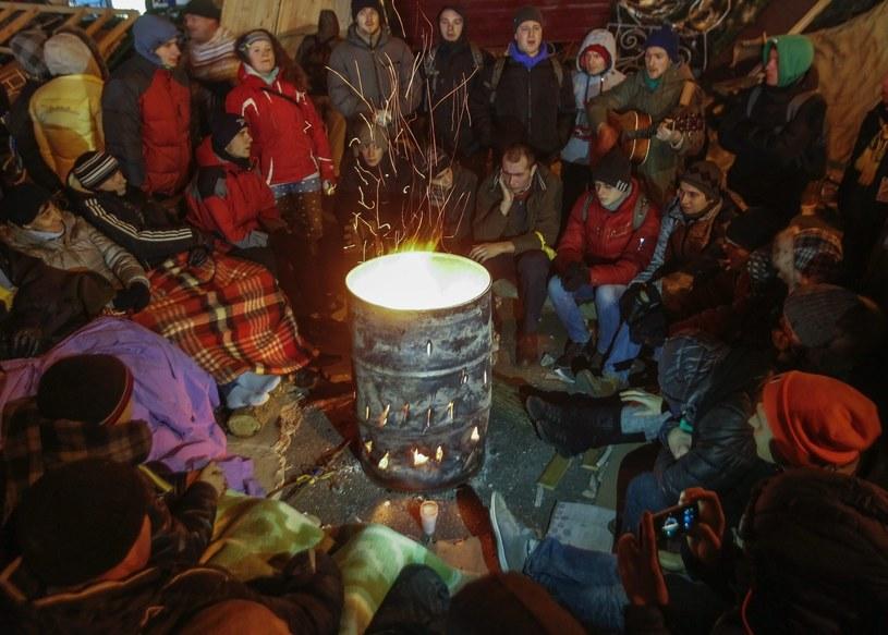 Znacznie zmalała liczba protestujących, którzy spędzili noc na Majdanie /PAP/EPA