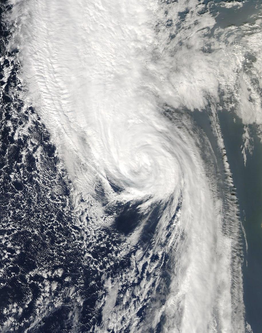 Znad Irlandii Ophelia skieruje się nad północną Anglię i Walię, a także nad południową i środkową Szkocję. /NASA /PAP/EPA