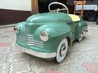 Znajduje stare samochody dla dzieci i robi z nich dzieła sztuki