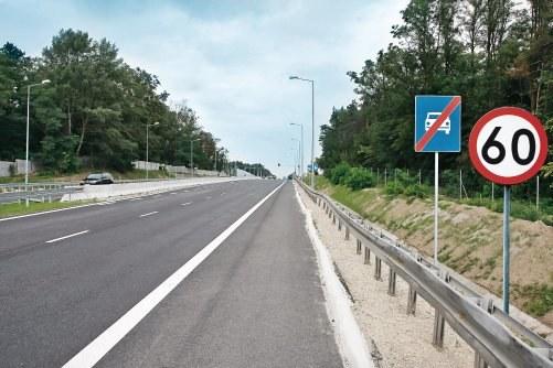 Znak informujący o końcu drogi szybkiego ruchu nie odwołuje ograniczenia prędkości. /Motor