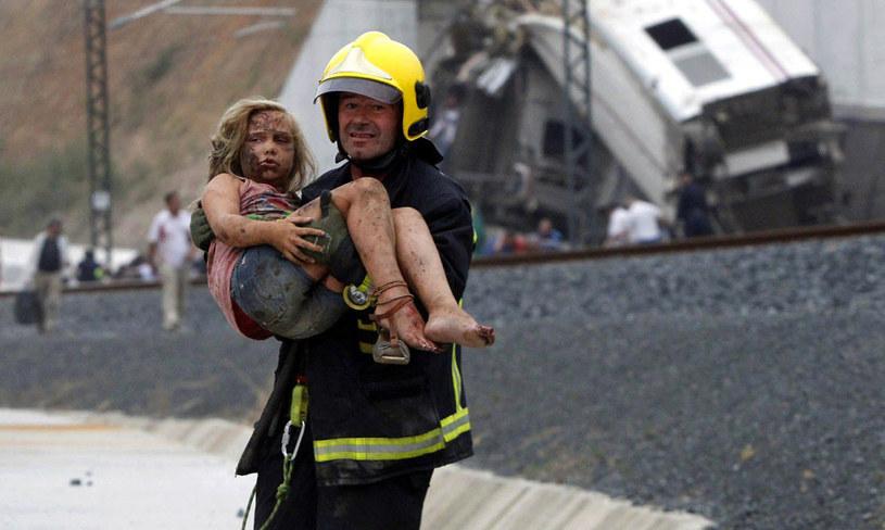 Znana jest już tożsamość 60 z 80 ofiar katastrofy kolejowej w Hiszpanii. /MONICA FERREIROS /AFP