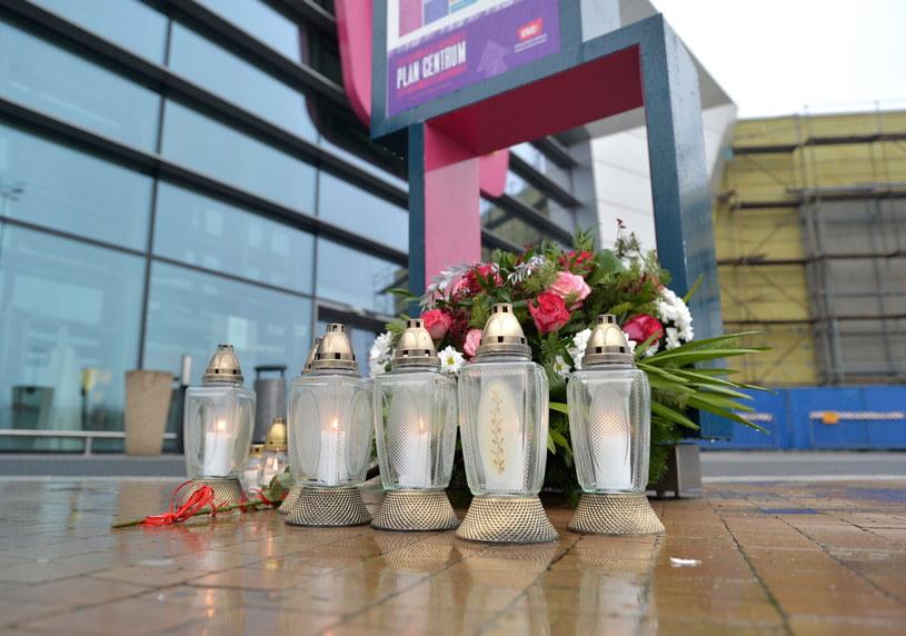 Znicze i kwiaty przed zamkniętą galerią handlową w Stalowej Woli /Darek Delmanowicz /PAP