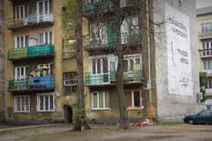 Znicze i pluszaki na miejscu tragedii na warszawskiej Pradze
