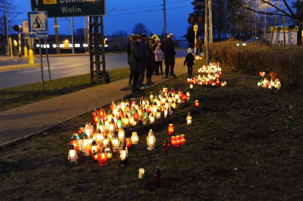 Znicze na miejscu wypadku /Marcin Bielecki /PAP