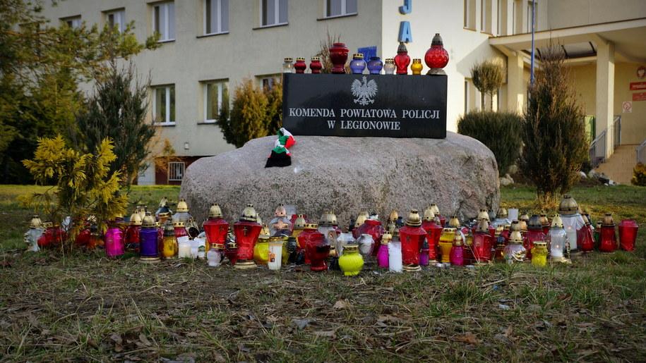 Znicze przed komendą policji w Legionowie /Michał Dukaczewski /RMF FM